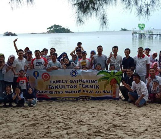 Foto Bersama Keluarga Besar FT umrah